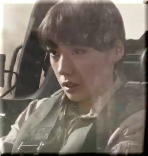 【モバストCM奇襲篇】シュワちゃんとヘリで攻撃する女兵士、女優は誰?