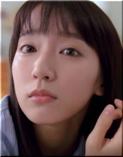 【スマートニュースCM】女優:吉岡里帆の寝起きからメガネまで魅力が満載!