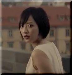 【モビットCM】真っ赤なスーパーカータクシーに乗る女優は誰?