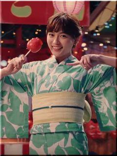 【QTモバイルCM】リンゴ飴を片手にダンスを踊る浴衣の女優は誰?