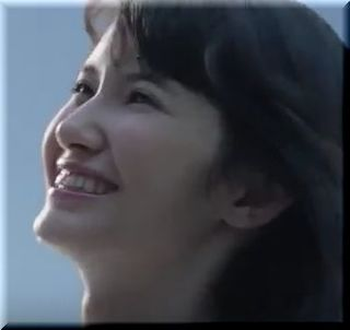 【Wing(ウイング)CM】ブラと短パン姿でくつろぐ女優は誰?