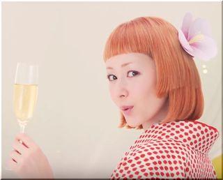 【チョーヤさらりとした梅酒CM】梅の実に乗って歌っている歌手は誰?