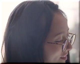【クラッシュオブクランCM】台所でちょいちょい~メガネの女優は誰?