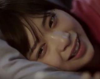 【夢100CM】彼氏にフラレてベッドで涙ぐむ女優は誰?