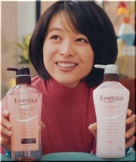 【花王エッセンシャル2018CM】寝癖3姉妹にシャンプーを勧める女優は誰?