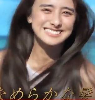 【パンテーントリートメントCM】海辺を散歩する笑顔の女優は誰?