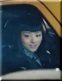 【日産ジュークCM】黄色のJUKEで街を疾走する女優は誰?