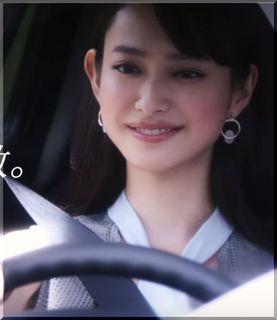 【日産マーチCM】ナデシコピンクのマーチでドライブする女優は誰?