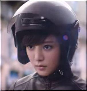 【SMBCモビットCM】黒革のライダースーツでピザを届ける女優は誰?