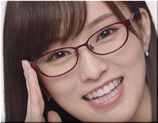 【アリナミンゼロ7CM】白衣を着た赤メガネの美しい女性は誰?