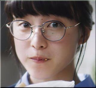 【モスバーガーCM】他の客のメニューをチェックする丸メガネの女の子は誰?