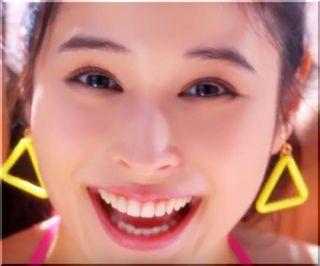 【コパトーン2018CM】ピンクのサングラスでセルフィーする女優は誰?