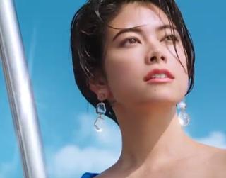 【資生堂アネッサ2019CM】海上のタワーでポーズを取るモデルは誰?